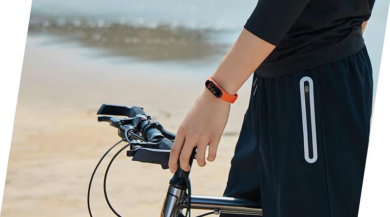 Изображение - фитнес-браслет Xiaomi Mi Band 4 на руке